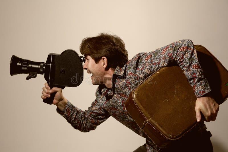 Stående av en kameraman med den gamla filmkameran royaltyfri foto