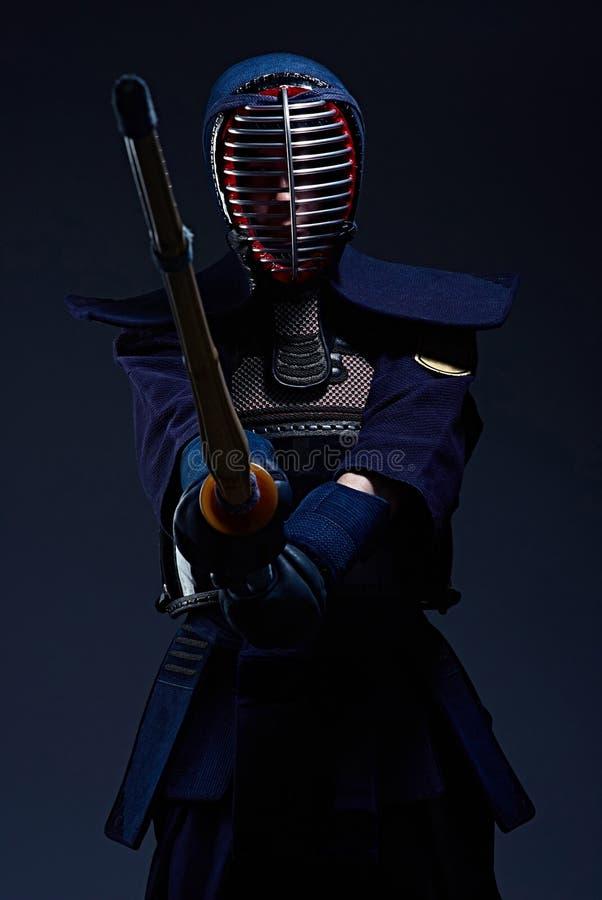 Stående av en kendokämpe med shinai royaltyfri foto