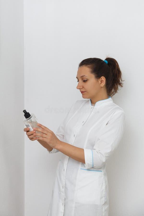 Stående av en kosmetologdoktor i inre av kliniken royaltyfri bild