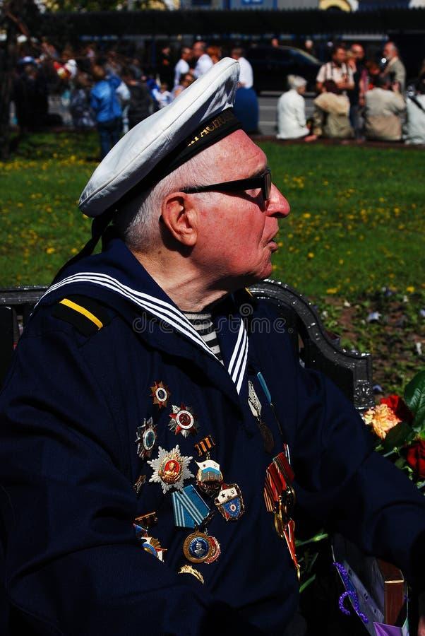 Stående av en krigsveteran Han bär den marin- likformign arkivfoto