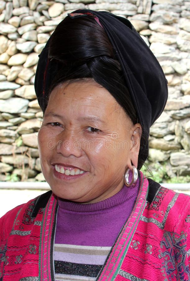 Stående av en kvinna av den Yao kullestammen i traditionell dräkt i Longsheng i Kina royaltyfria bilder