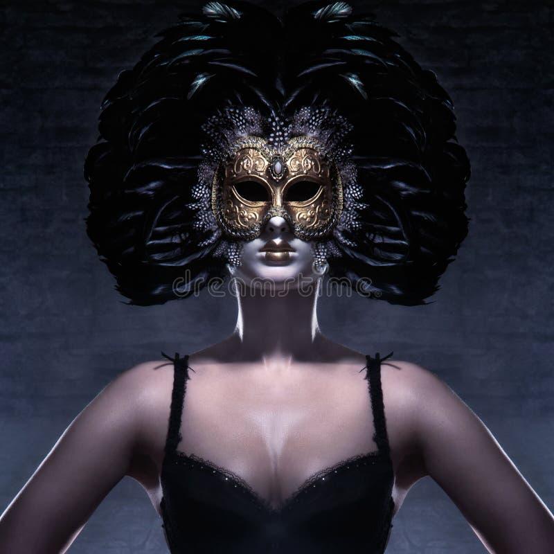 Stående av en kvinna i en mörk Venetian maskering royaltyfri bild