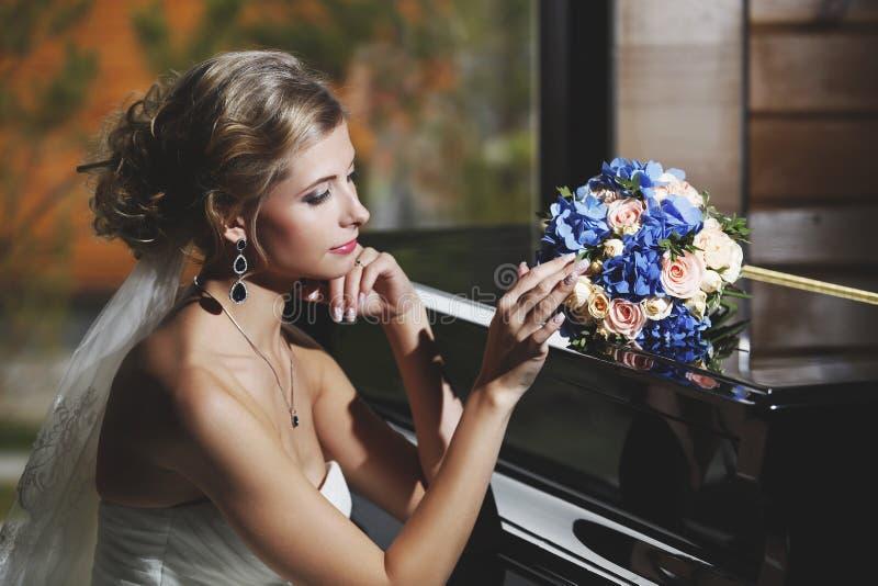 Stående av en kvinna i en vit klänning royaltyfri fotografi