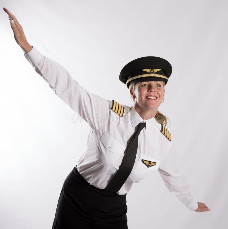 Stående av en kvinna i ett begrepp av flyget royaltyfri bild