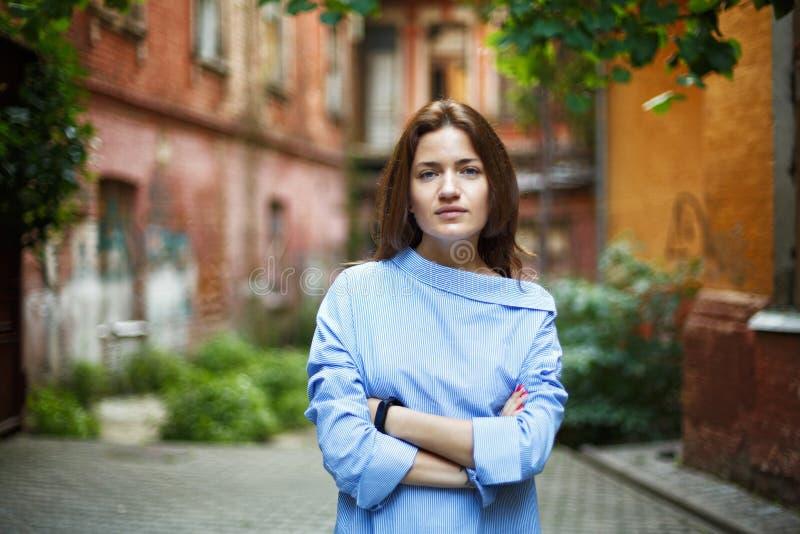 Stående av en kvinna i ett trendigt skjortaanseende i domstolen arkivbild