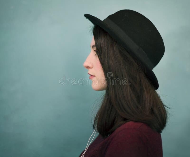 Stående av en kvinna i en hatt royaltyfri foto