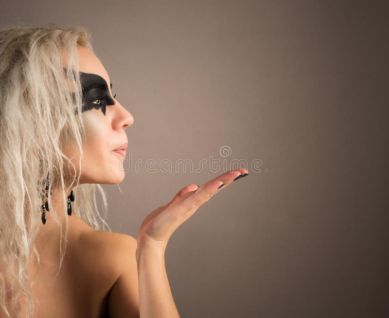 Stående av en kvinna med den perfekta hud- och svartmaskeringen royaltyfri bild