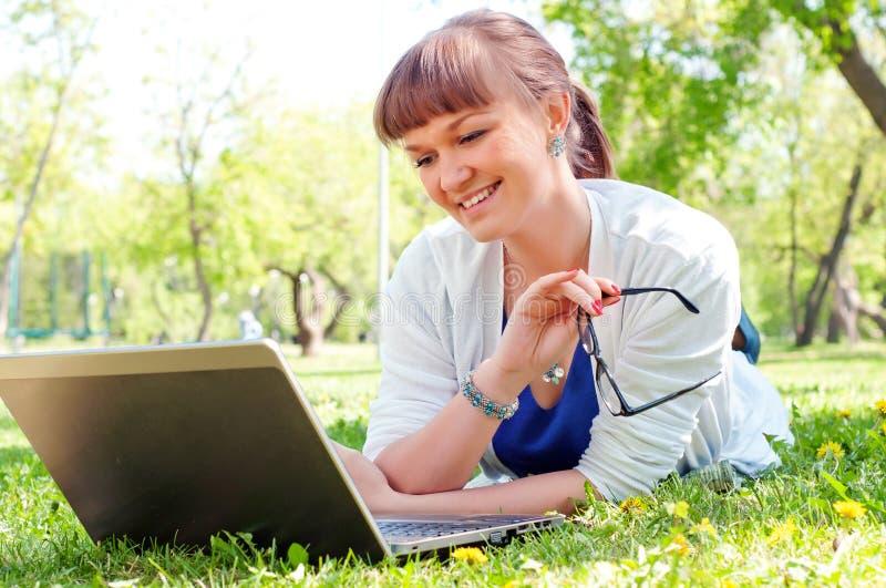 Stående av en kvinna med en bärbar dator royaltyfria bilder