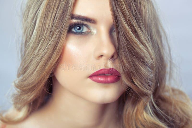 Stående av en kvinna med härligt smink och frisyren arkivfoton