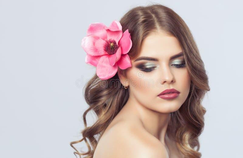 Stående av en kvinna med härligt smink och frisyren Yrkesmässig Makeup royaltyfria bilder