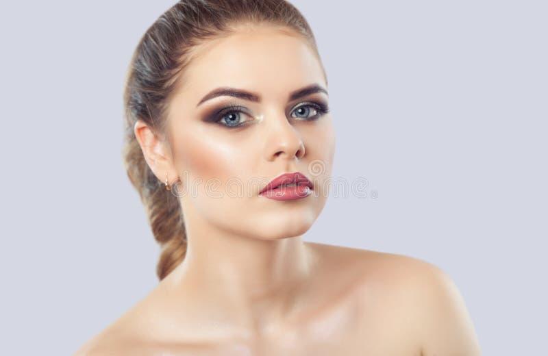 Stående av en kvinna med härligt smink och frisyren Yrkesmässig Makeup royaltyfri fotografi