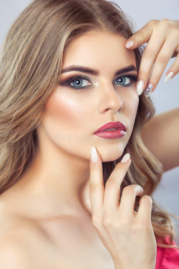 Stående av en kvinna med härligt smink och manikyr Yrkesmässig makeup- och hudomsorg royaltyfri bild