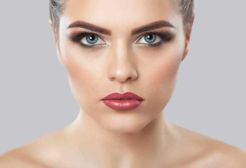 Stående av en kvinna med härligt smink Yrkesmässig makeup- och hudomsorg arkivbilder