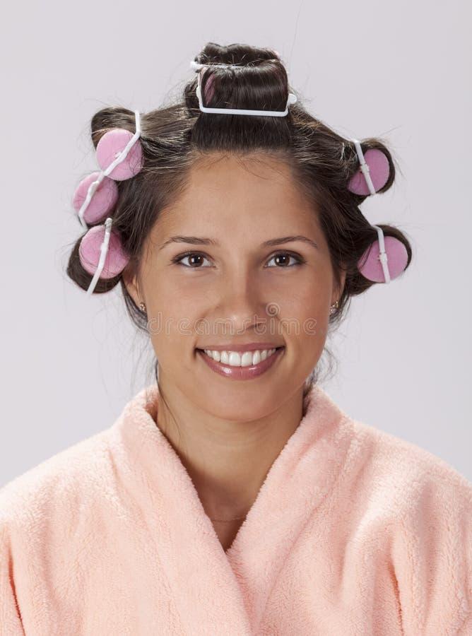 Stående av en kvinna med hårrullar arkivfoto
