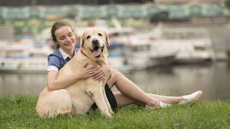 Stående av en kvinna med hennes härliga hund som utomhus ligger royaltyfria foton