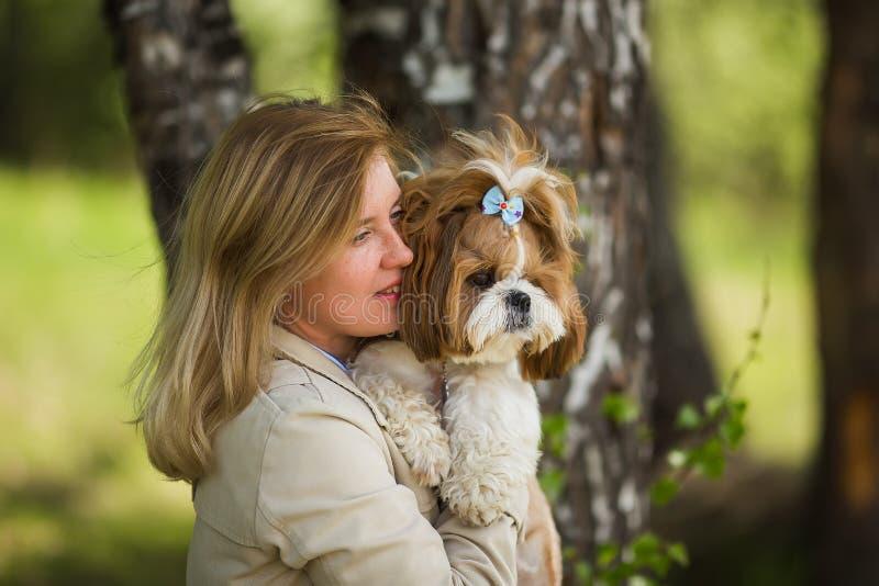 Stående av en kvinna med hennes härliga hund utomhus fotografering för bildbyråer