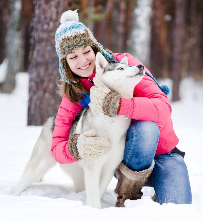 Stående av en kvinna med hennes härliga hundsammanträde utomhus arkivbilder