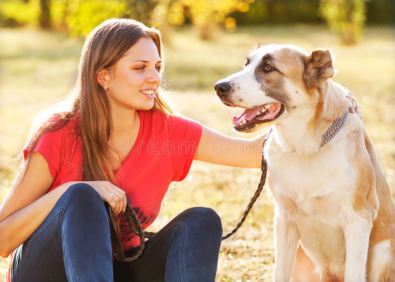 Stående av en kvinna med hennes hund royaltyfri foto