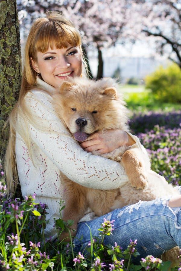 Stående av en kvinna med hennes hund utomhus arkivfoto