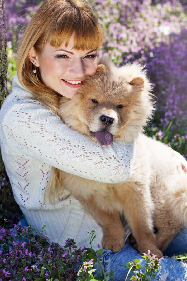 Stående av en kvinna med hennes hund utomhus arkivbilder