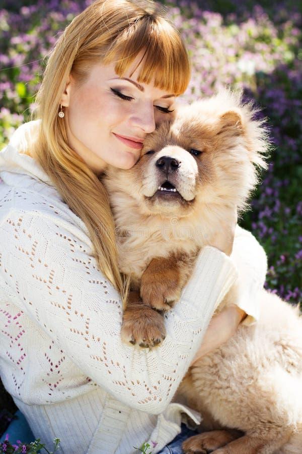 Stående av en kvinna med hennes hund utomhus arkivfoton