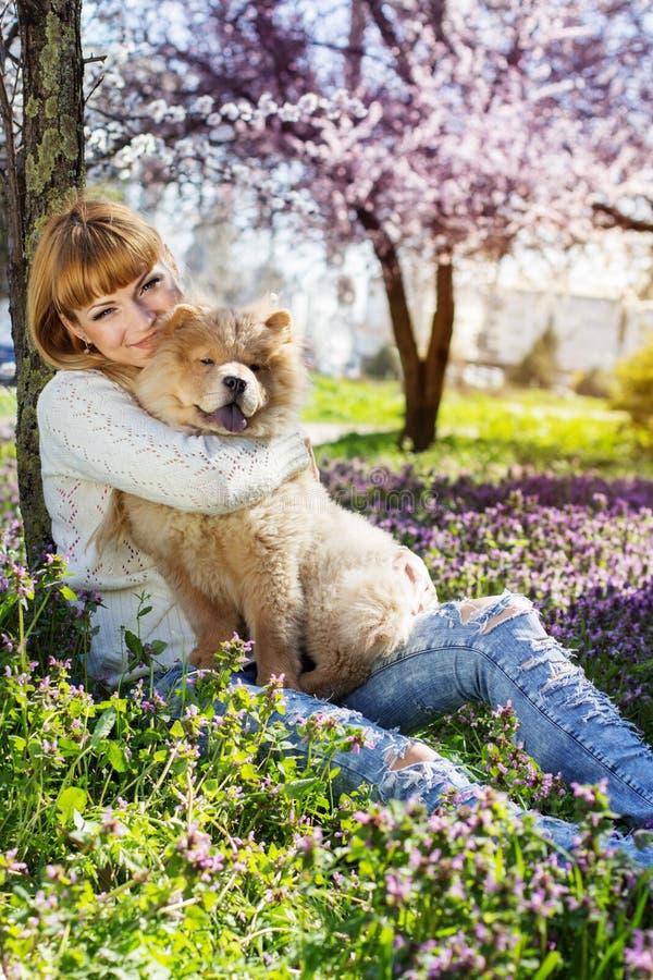 Stående av en kvinna med hennes hund utomhus royaltyfri foto