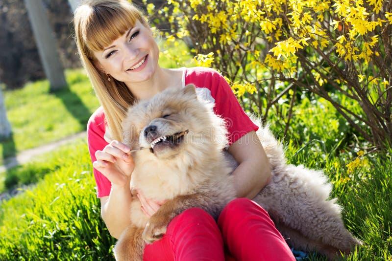 Stående av en kvinna med hennes hund utomhus arkivbild