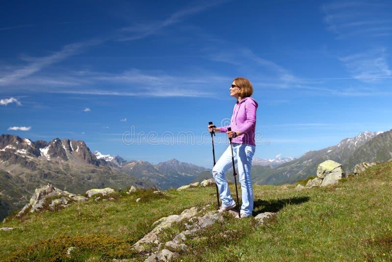 Stående av en kvinna med trekking poler royaltyfria bilder