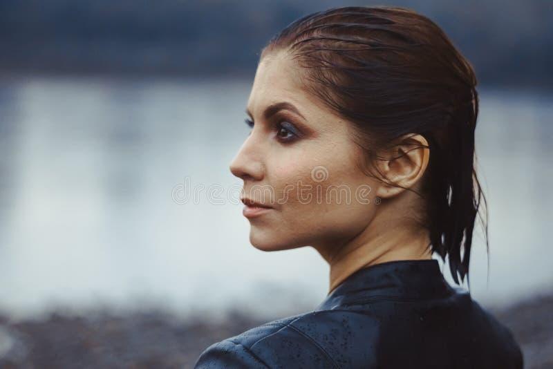 Stående av en kvinna med vått hår arkivfoton