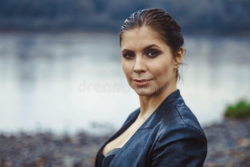 Stående av en kvinna med vått hår royaltyfri foto