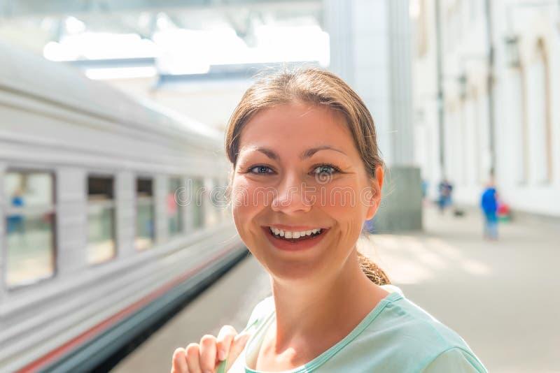 Stående av en kvinna på järnvägsstationen royaltyfri foto