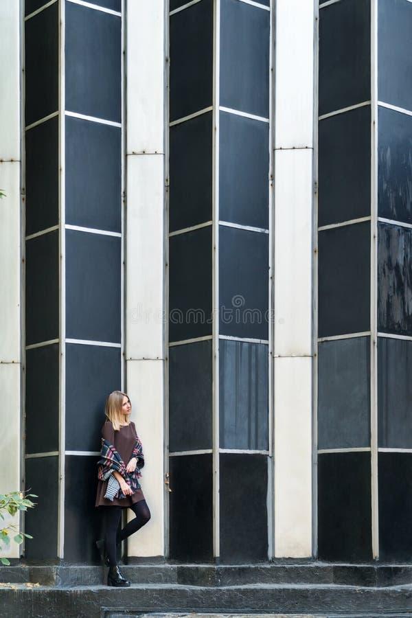 Stående av en kvinna på väggen arkivfoton