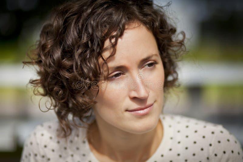 Stående av en kvinna som är borttappad i tanke arkivfoto