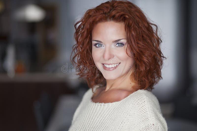 Stående av en kvinna som ler på kameran royaltyfria bilder