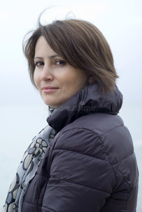 Stående av en kvinna som poserar för kameran som är utomhus- royaltyfria foton