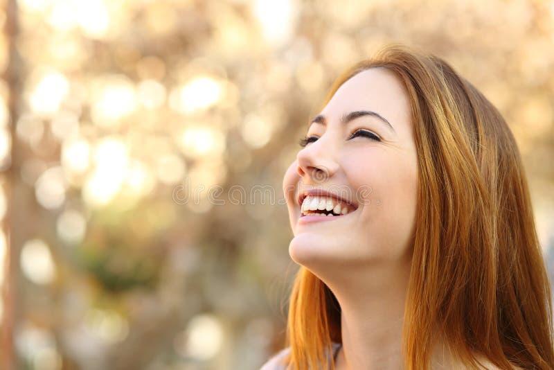 Stående av en kvinna som skrattar med perfekta tänder royaltyfria bilder