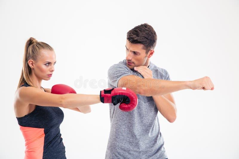 Stående av en kvinnautbildningsboxning med lagledaren royaltyfri foto