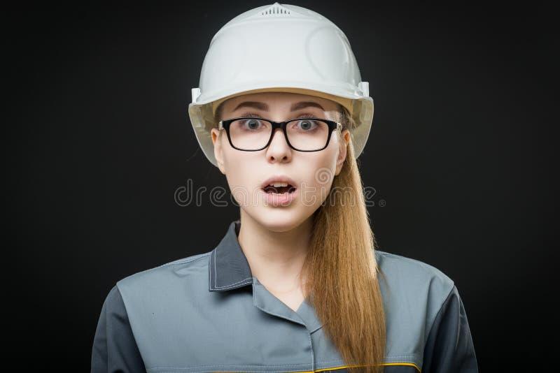 Stående av en kvinnlig arbetare royaltyfri fotografi
