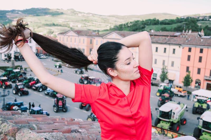 Stående av en landsflicka som spelar med hennes långa hår royaltyfri fotografi