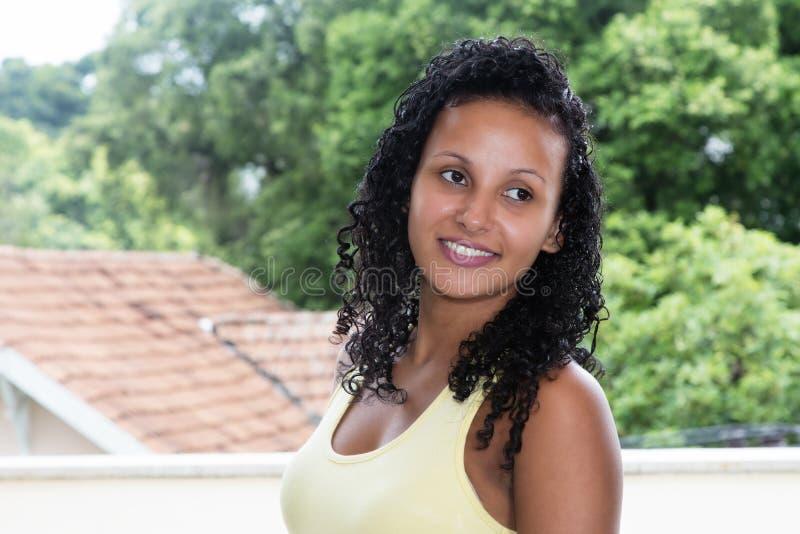 Stående av en latin - amerikansk kvinna med svart hår fotografering för bildbyråer
