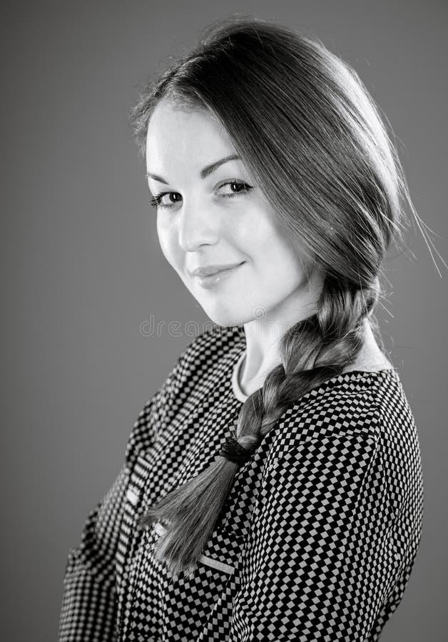 Stående av en le härlig flicka arkivfoto