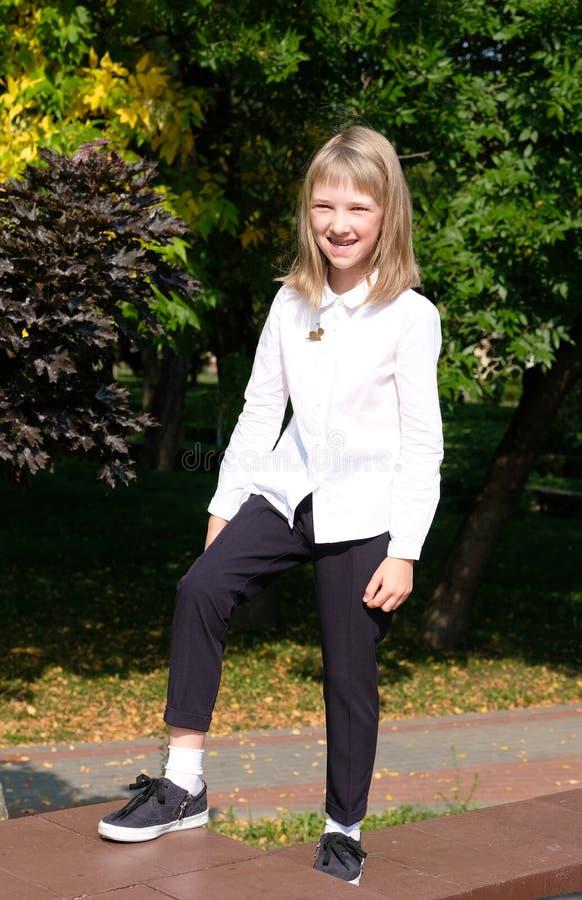 Stående av en le liten flicka royaltyfri fotografi