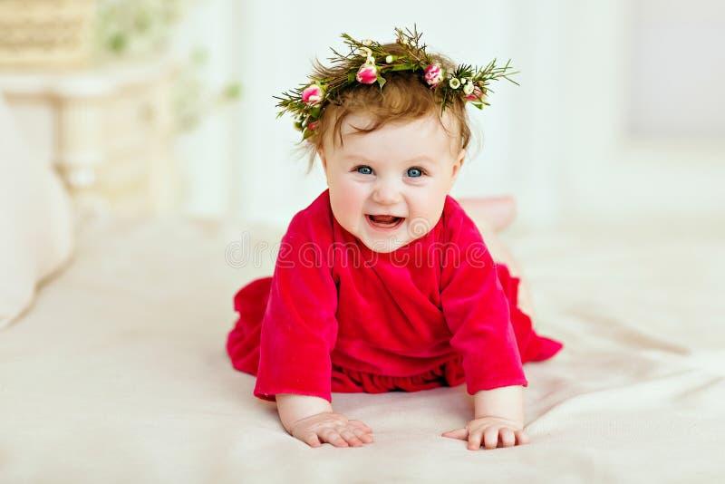 Stående av en le liten flickaliten flicka i en röd klänning och fotografering för bildbyråer