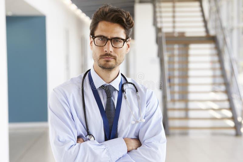 Stående av en le manlig doktor med stetoskopet, slut upp royaltyfri foto