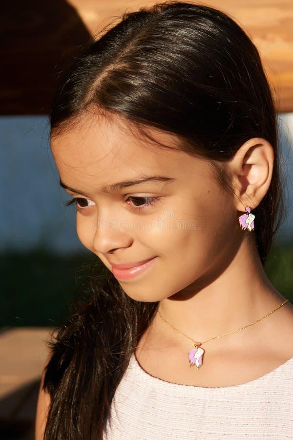 Stående av en le nätt liten flicka, närbild, utomhus fotografering för bildbyråer