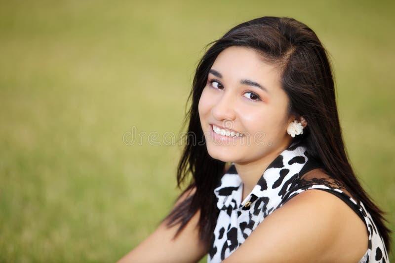 Stående av en le tonårs- flicka royaltyfria foton
