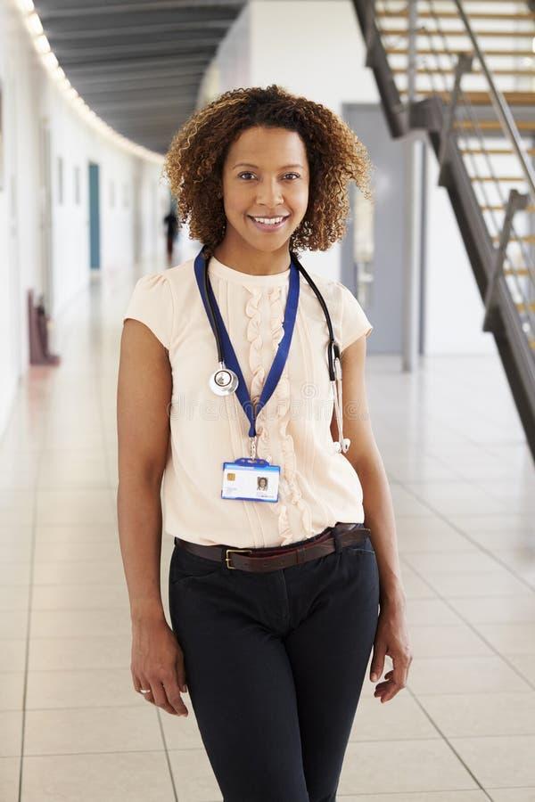 Stående av en le ung kvinnlig doktor med stetoskopet royaltyfria foton