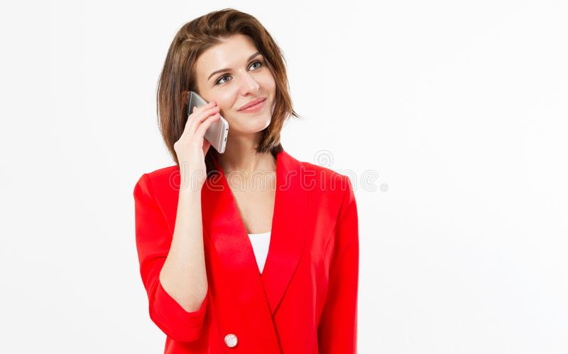 Stående av en le ung tillfällig brunettkvinna som talar på mobiltelefonen om något som isoleras över vit bakgrund - kopia arkivbilder