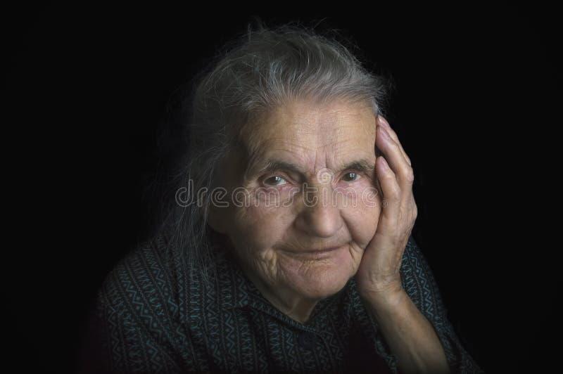 Stående av en ledsen gammalare kvinna Drömma förflutnan arkivbilder