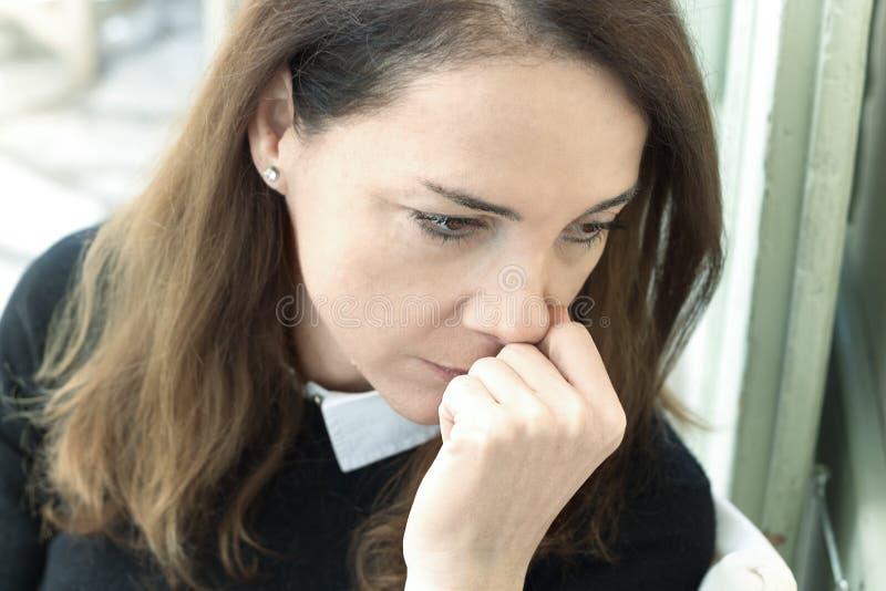 Stående av en ledsen mogen kvinna arkivfoto